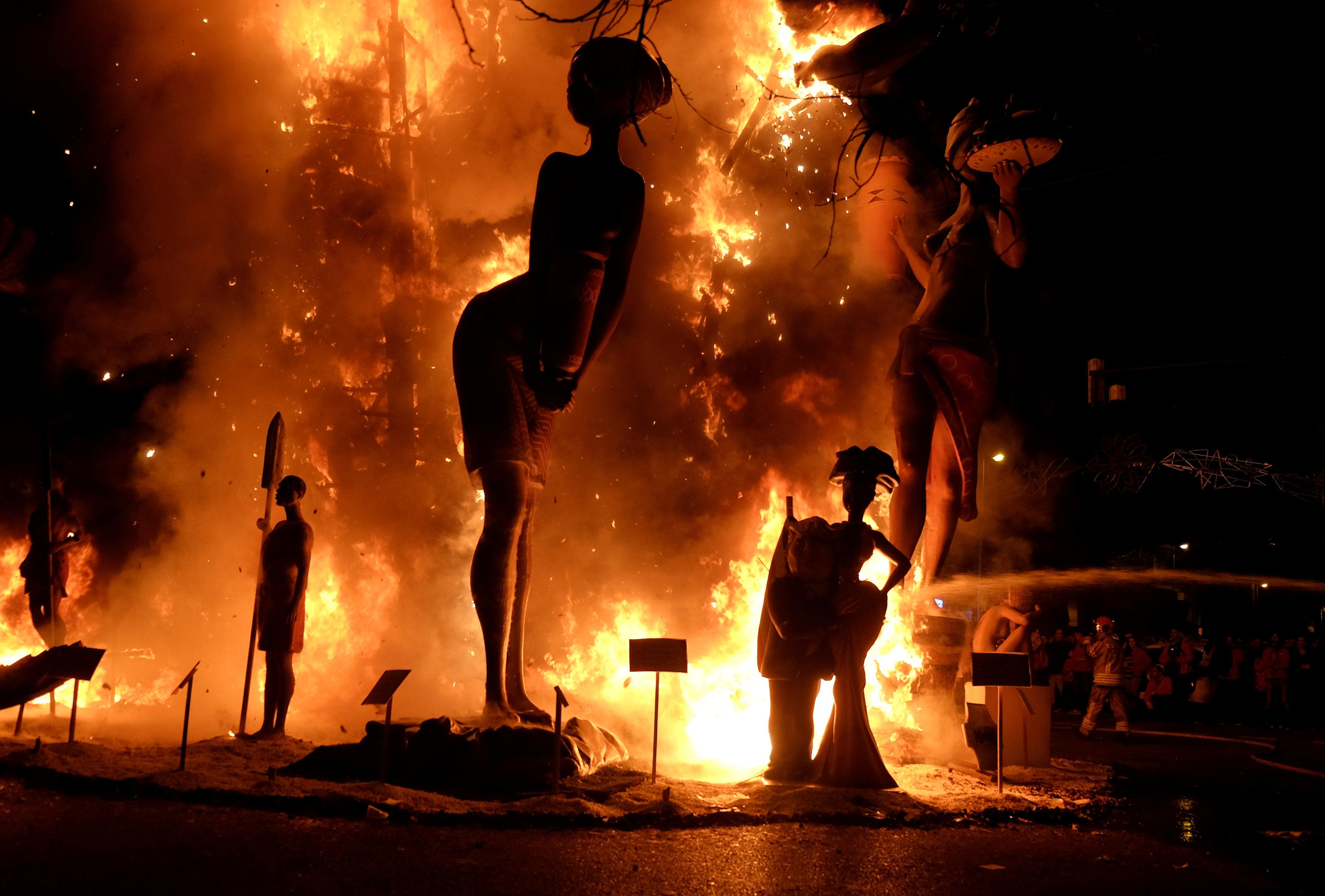 النيران تلتهم التماثيل احتفالا بقدوم الربيع فى إسبانيا