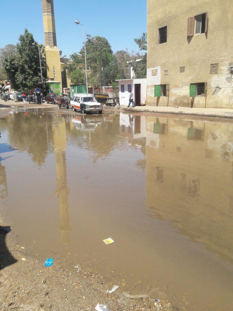 مياه الصرف الصحى تغرق الشارع