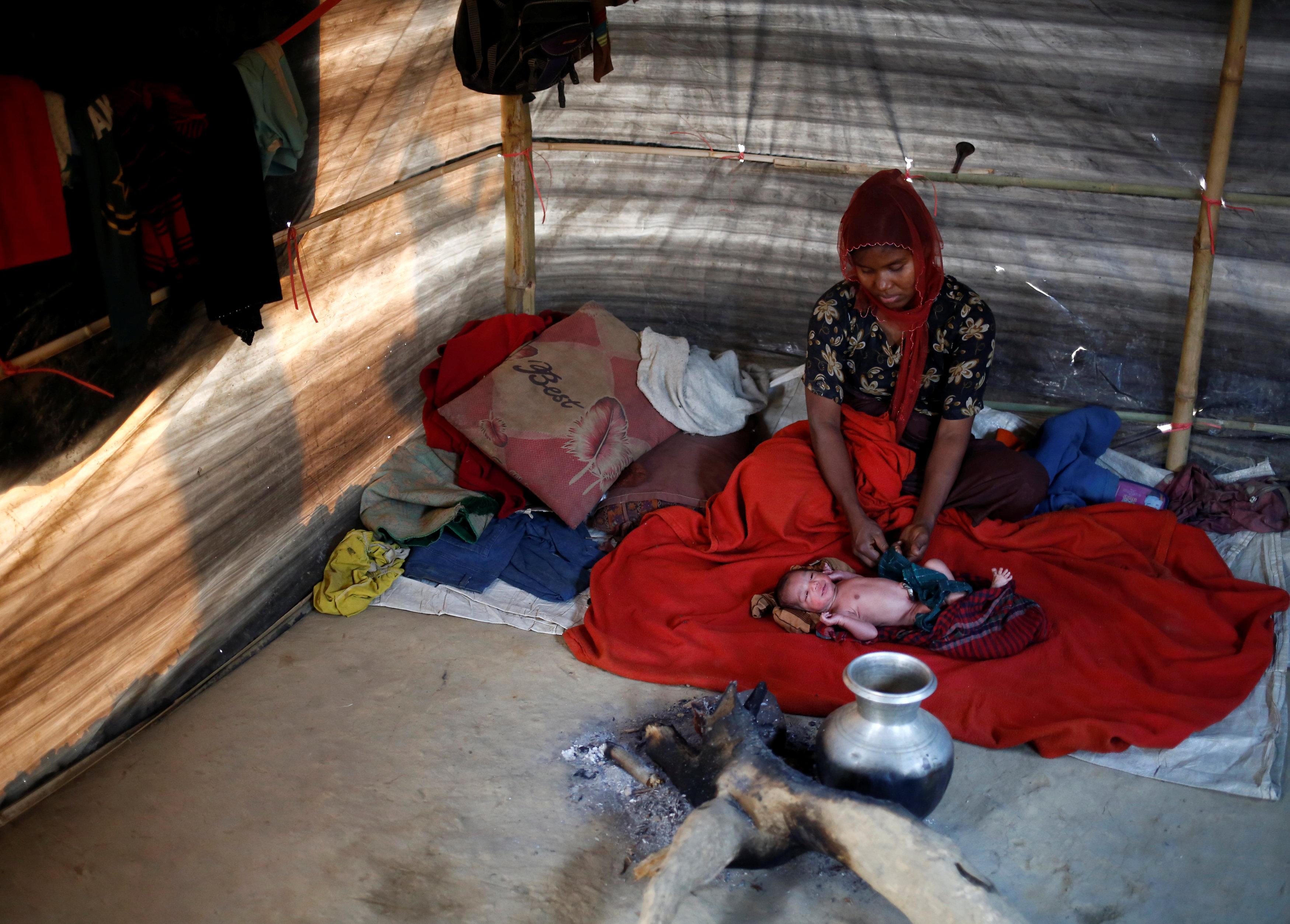 مخيم من البلاستيك يحمى سيدة من هجمات البوذيين