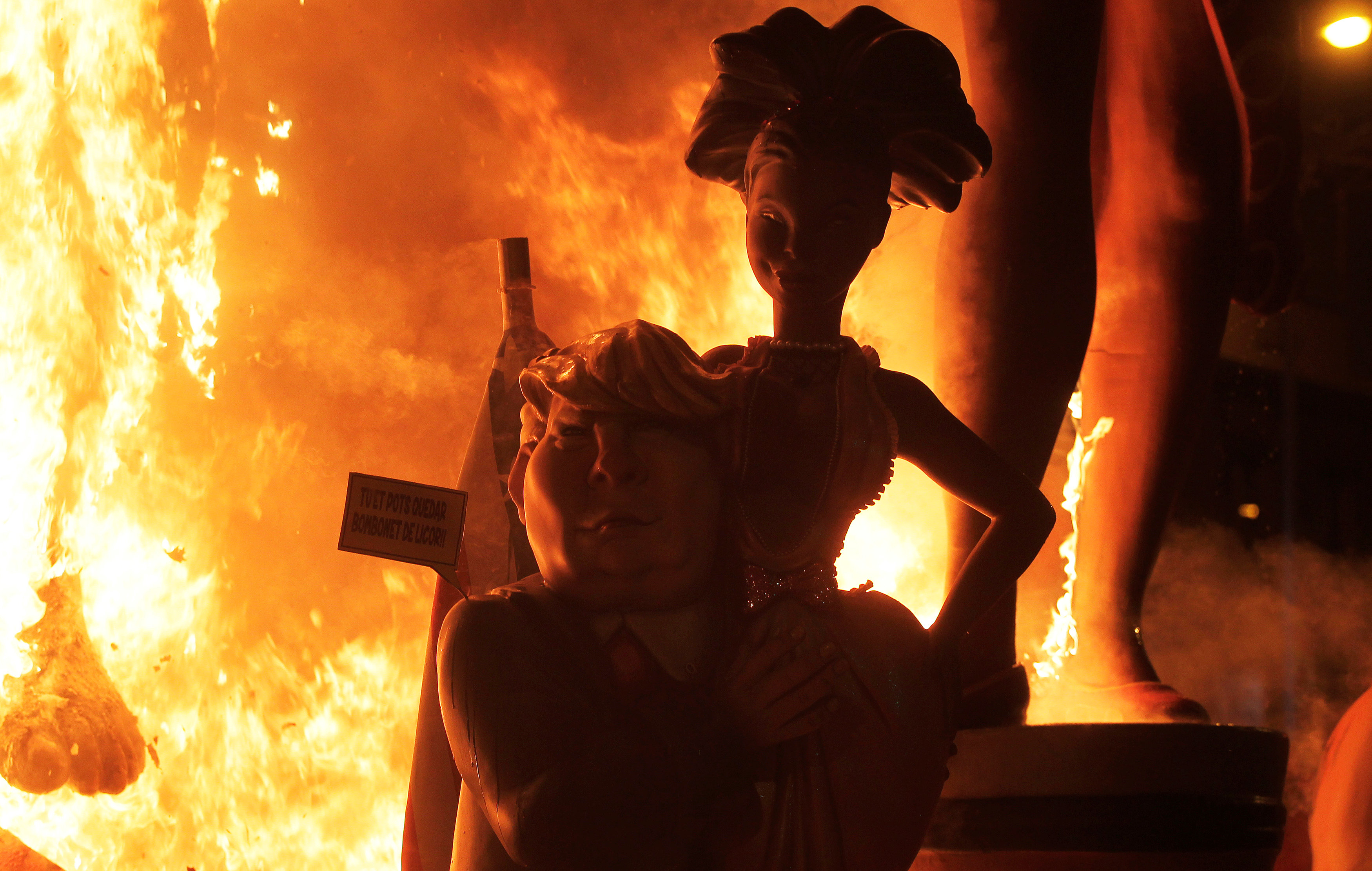 تمثال ترامب وخلفه النيران