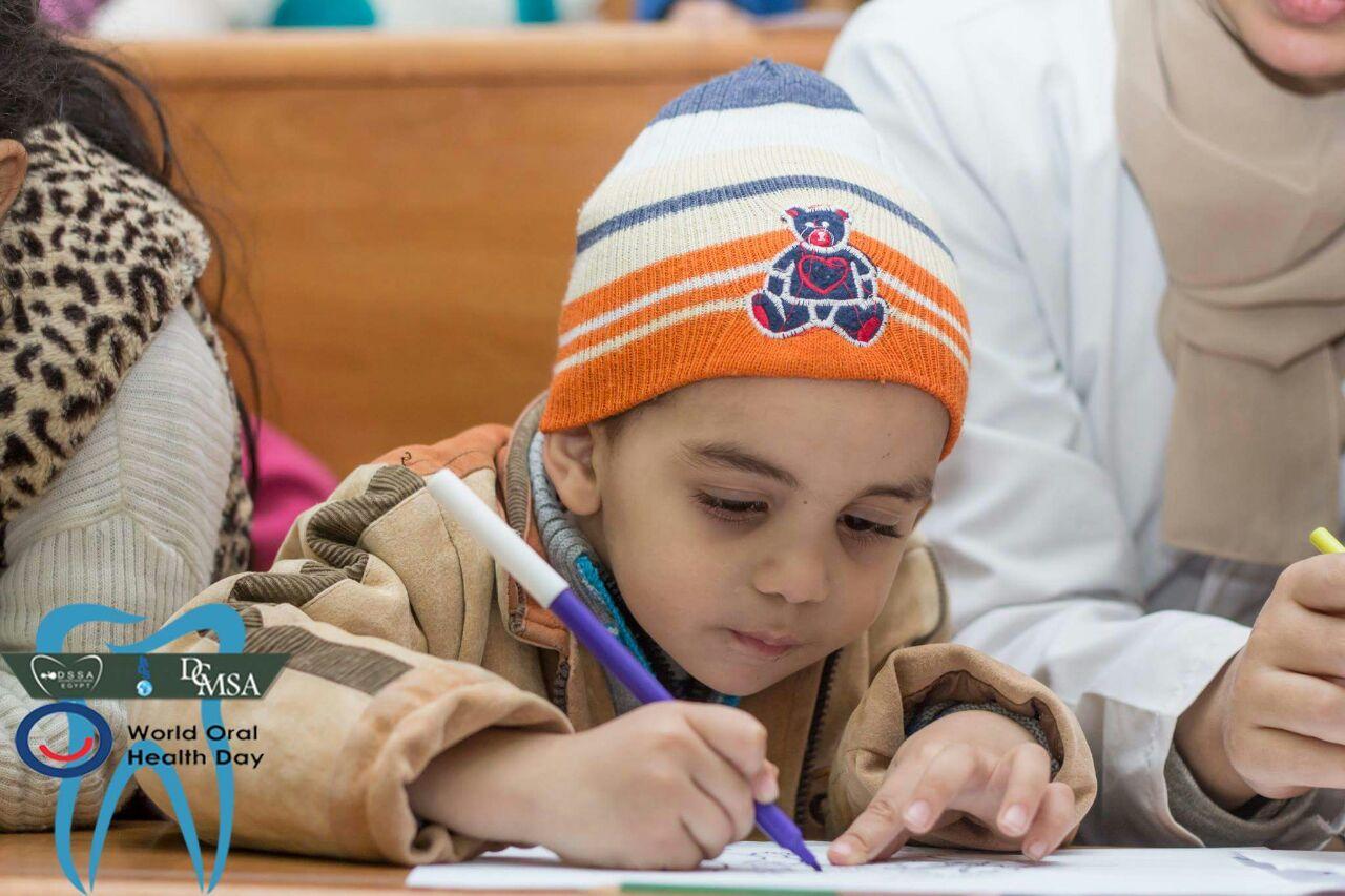 طفل يرسم خلال فعالية التخفيف عنهم