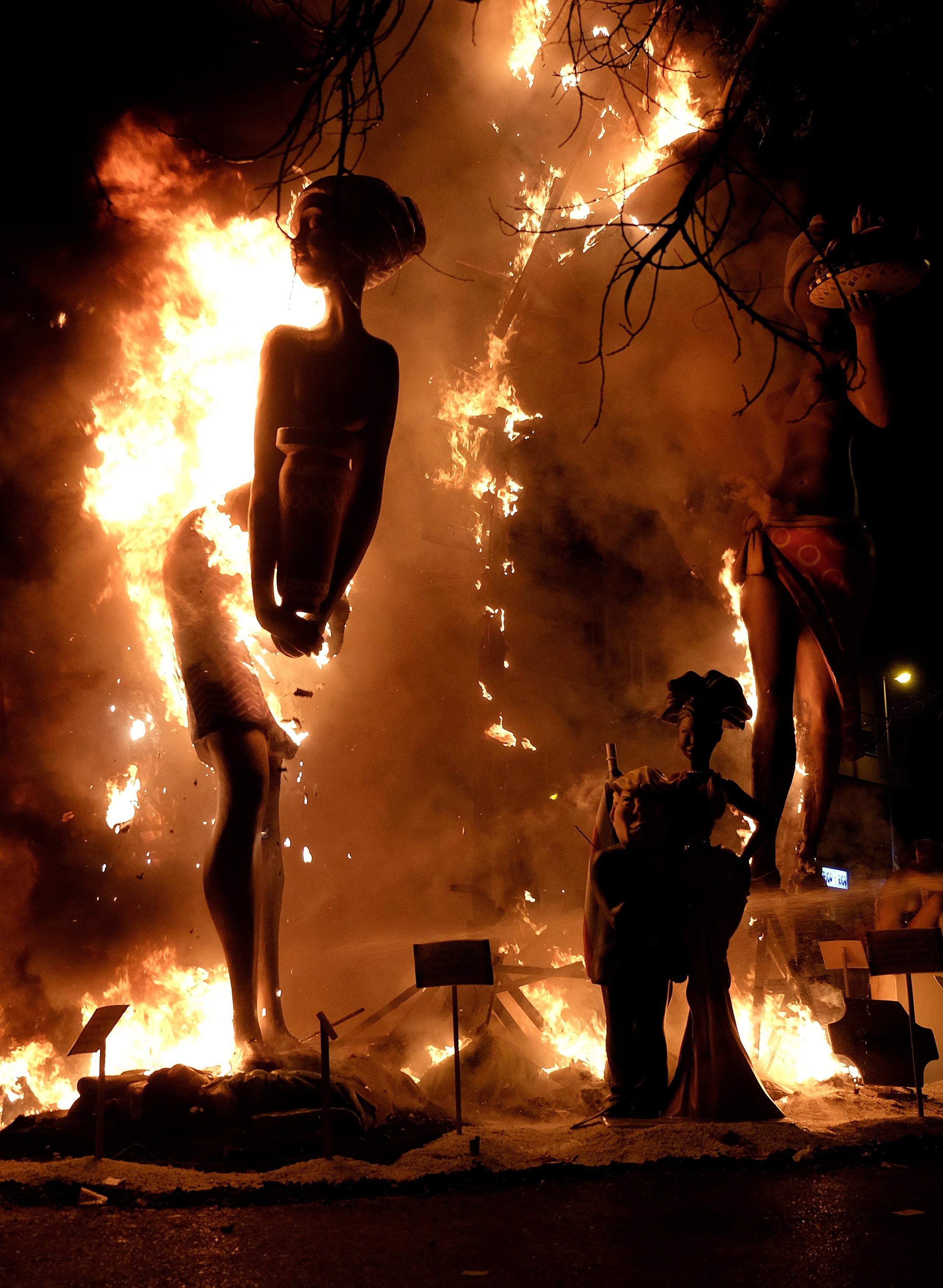 لحظة اشعال النيران فى  تماثيل لشخصيات عامة