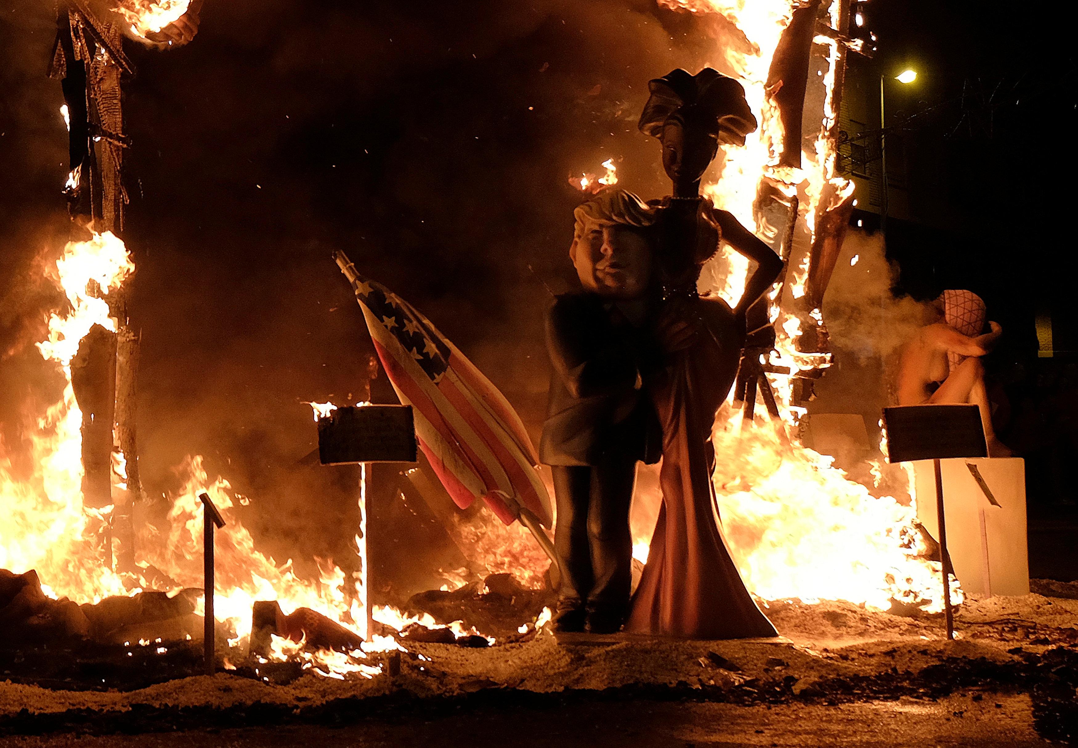 النيران تحاصر تمثال ترامب