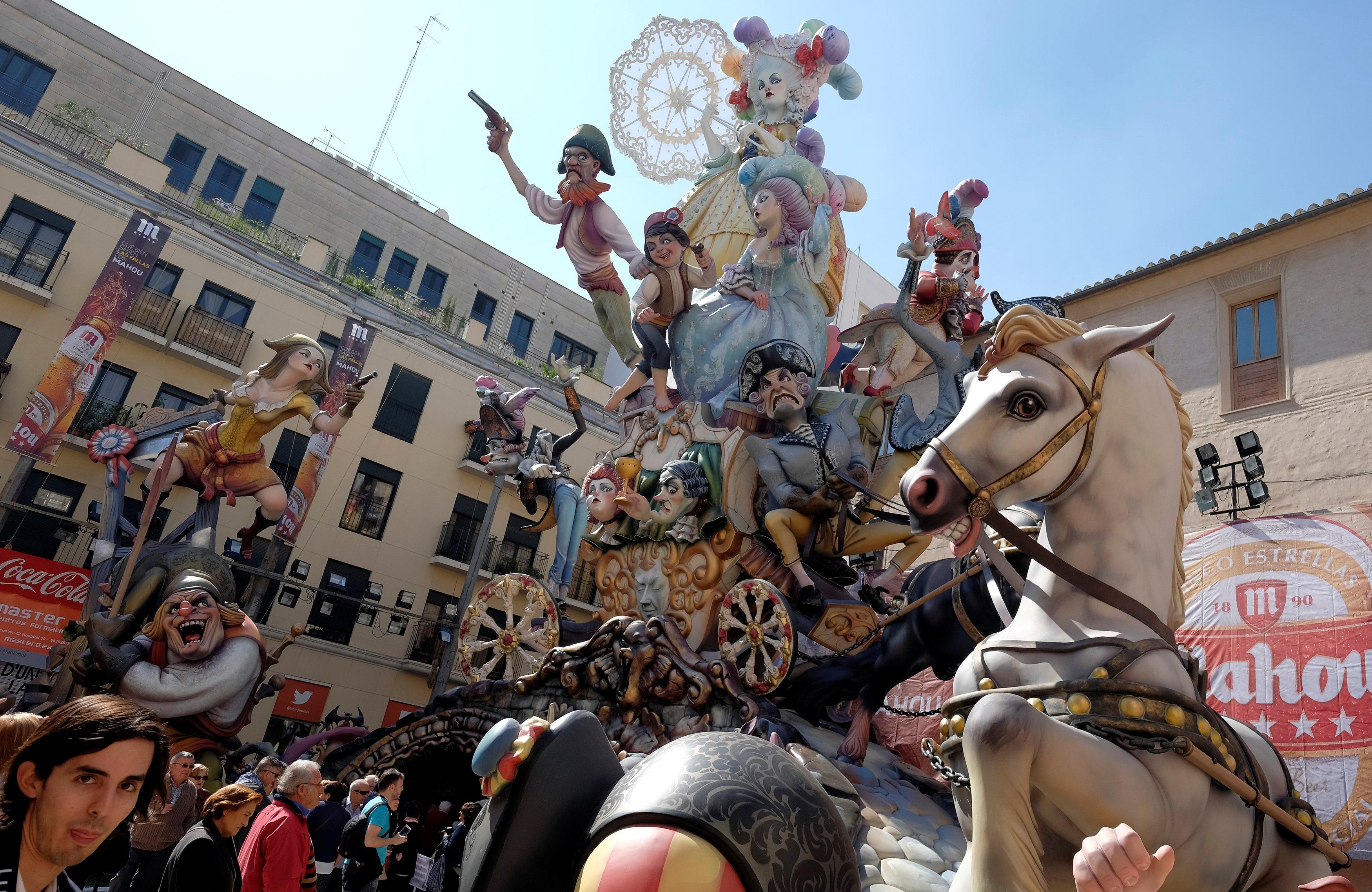 تماثيل فى اسبانيا احتفالات ببداية الربيع