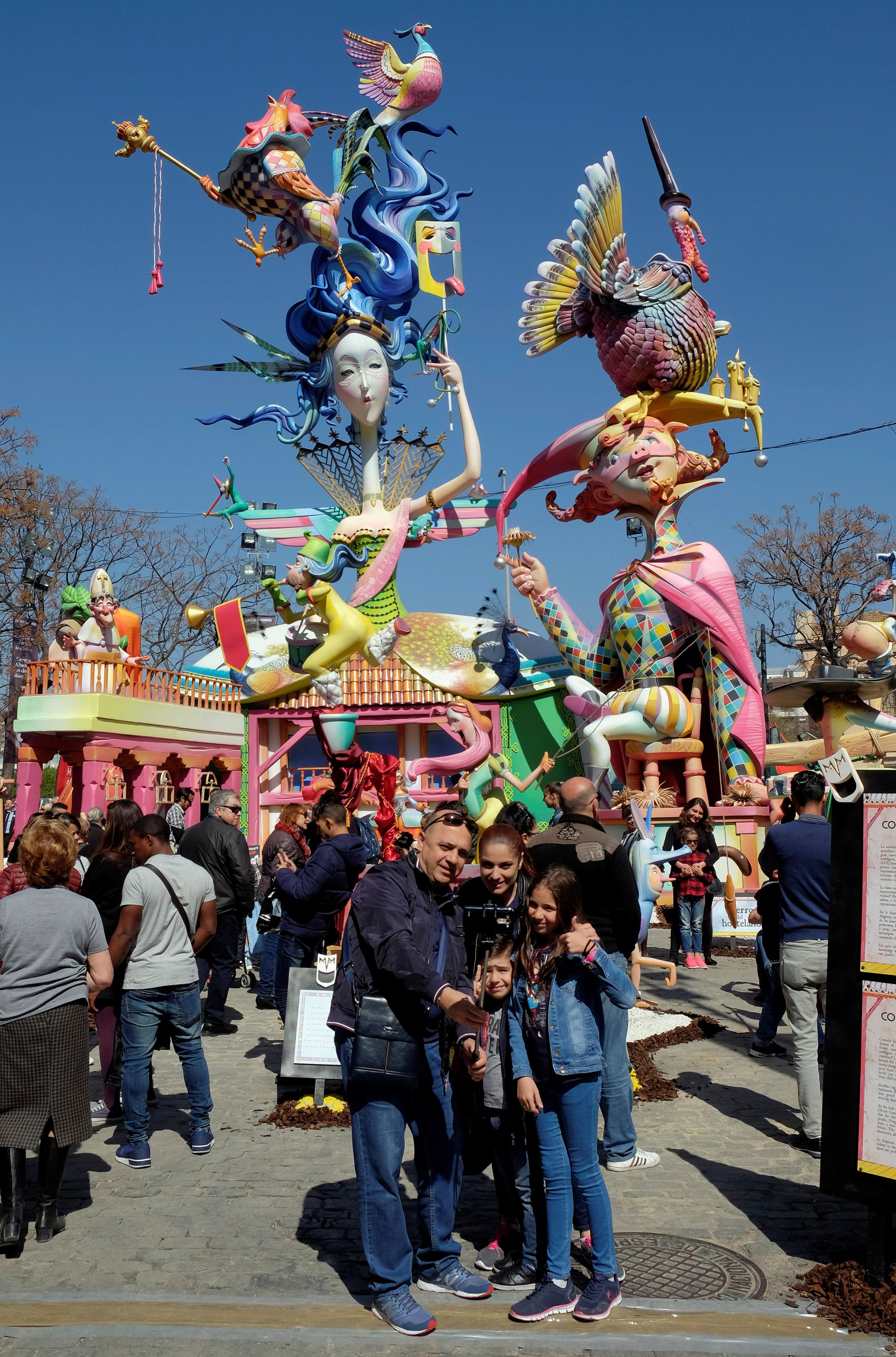 المئات يحتفلون بقدوم الربيع فى إسبانيا