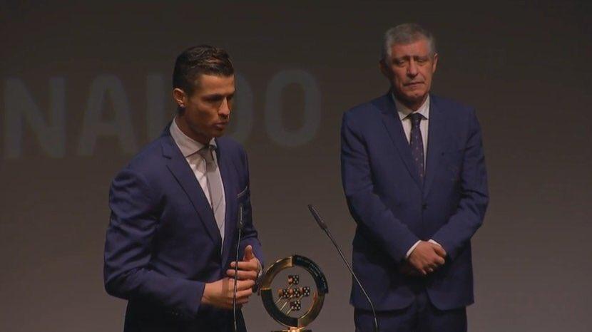 رونالدو مع الجائزة