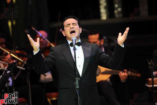 محمد ثروت يشعل مسرح الأوبرا