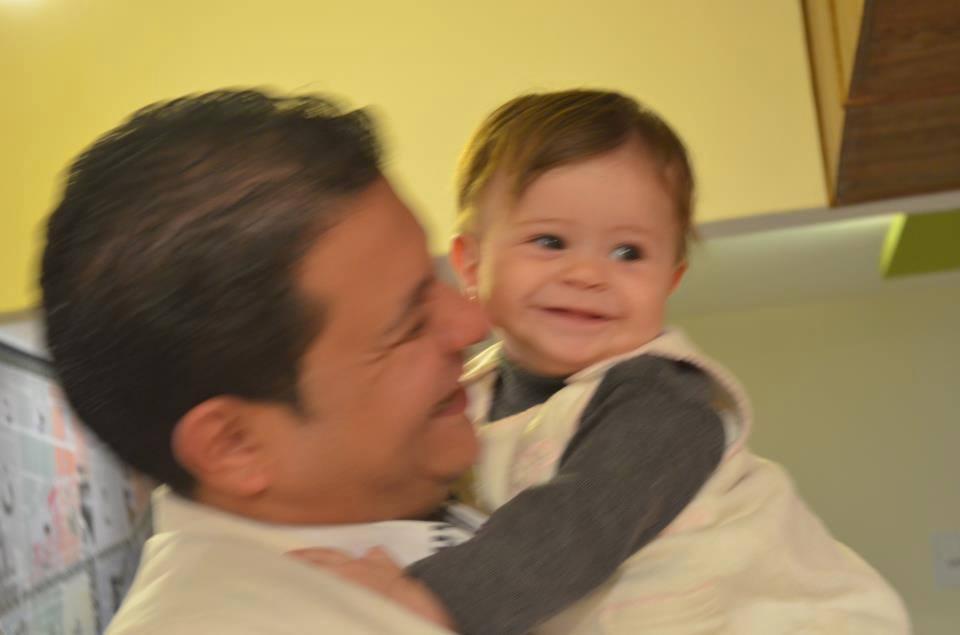 فريد شوقى بصحبة طفلته الصغيرة