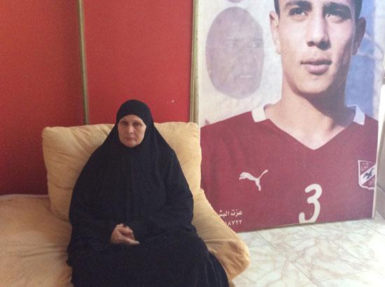 والدة الراحل محمد عبد الوهاب مع صورته