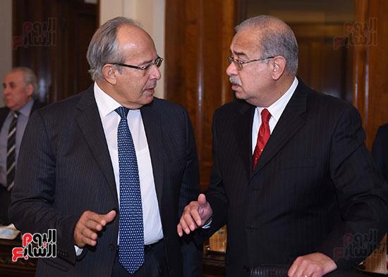 وزير التنمية المحلية يستمع للمهندس شريف إسماعيل رئيس الوزراء