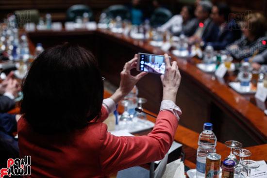 أحد أعضاء الجمعية تقوم بتصوير اللقاء