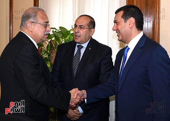 المهندس ياسر الدسوقى محافظ أسيوط خلال حديثه لرئيس الوزراء