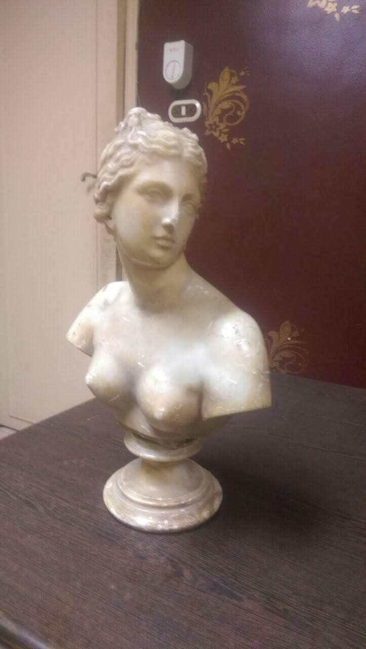 تمثال لنصف امرأة عارية الصدر