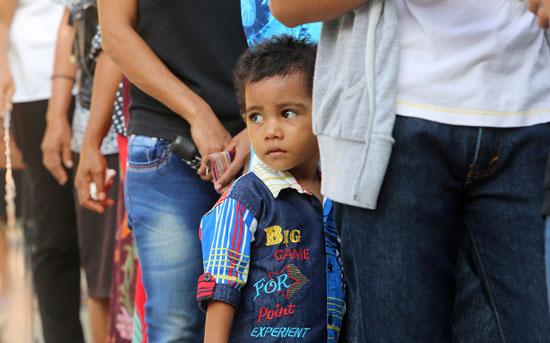 طفل يقف فى طابور الانتخابات فى تيمور الشرقية