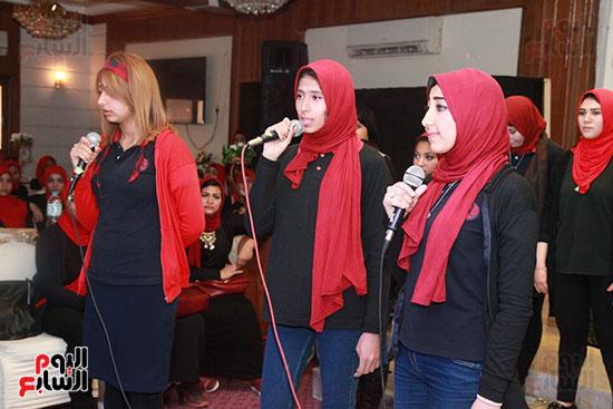 الطالبات أثناء تقديم اغنية الحفل