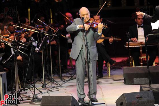 الفرقة الموسيقية تقدم عروضها باحتفالية عبد الحليم