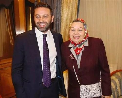 حازم إمام مع ماجى الحلوانى والدته