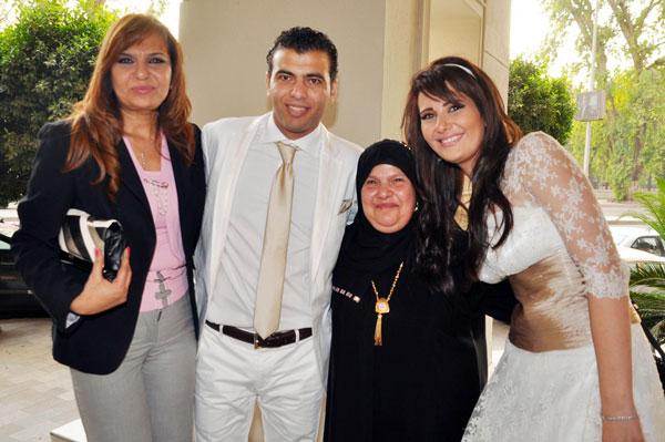 عماد متعب مع زوجته يتوسطان والدته وحماته