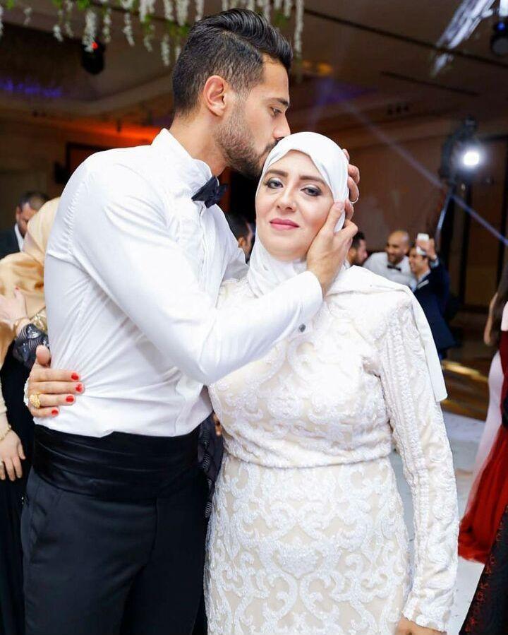 أحمد عادل عبد المنعم مع والدته