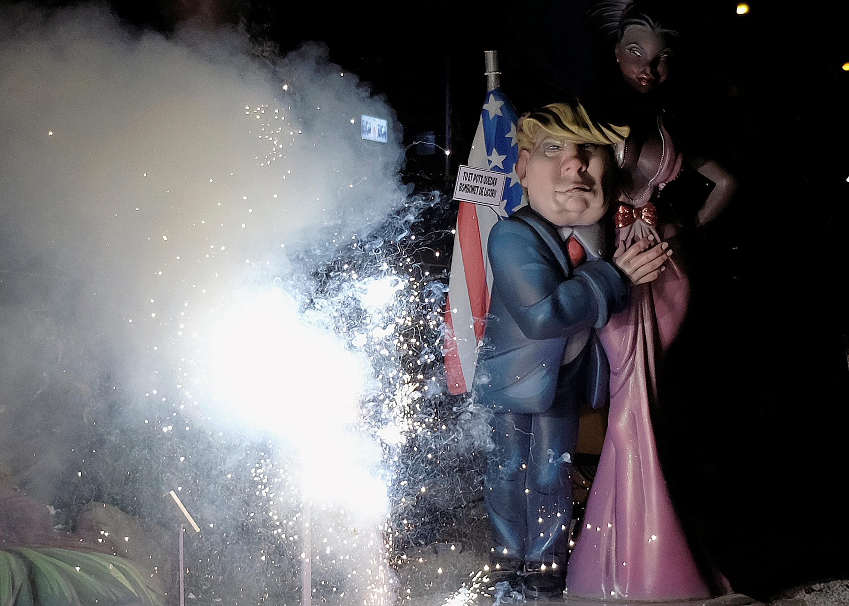 الالعاب النارية بجوار تمثال ترامب