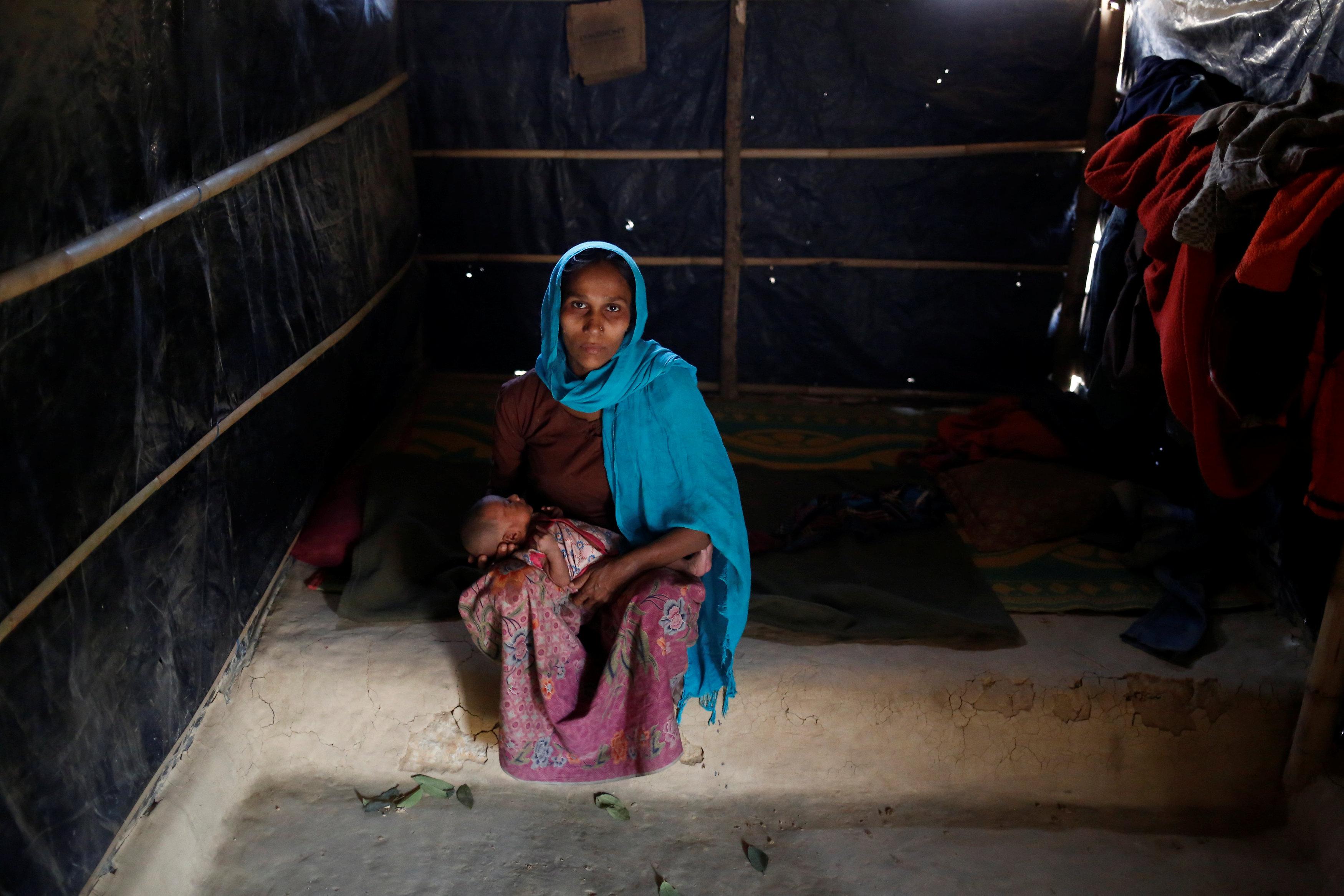 سيدة من مسلمى الروهينجا داخل مخيم للاجئين
