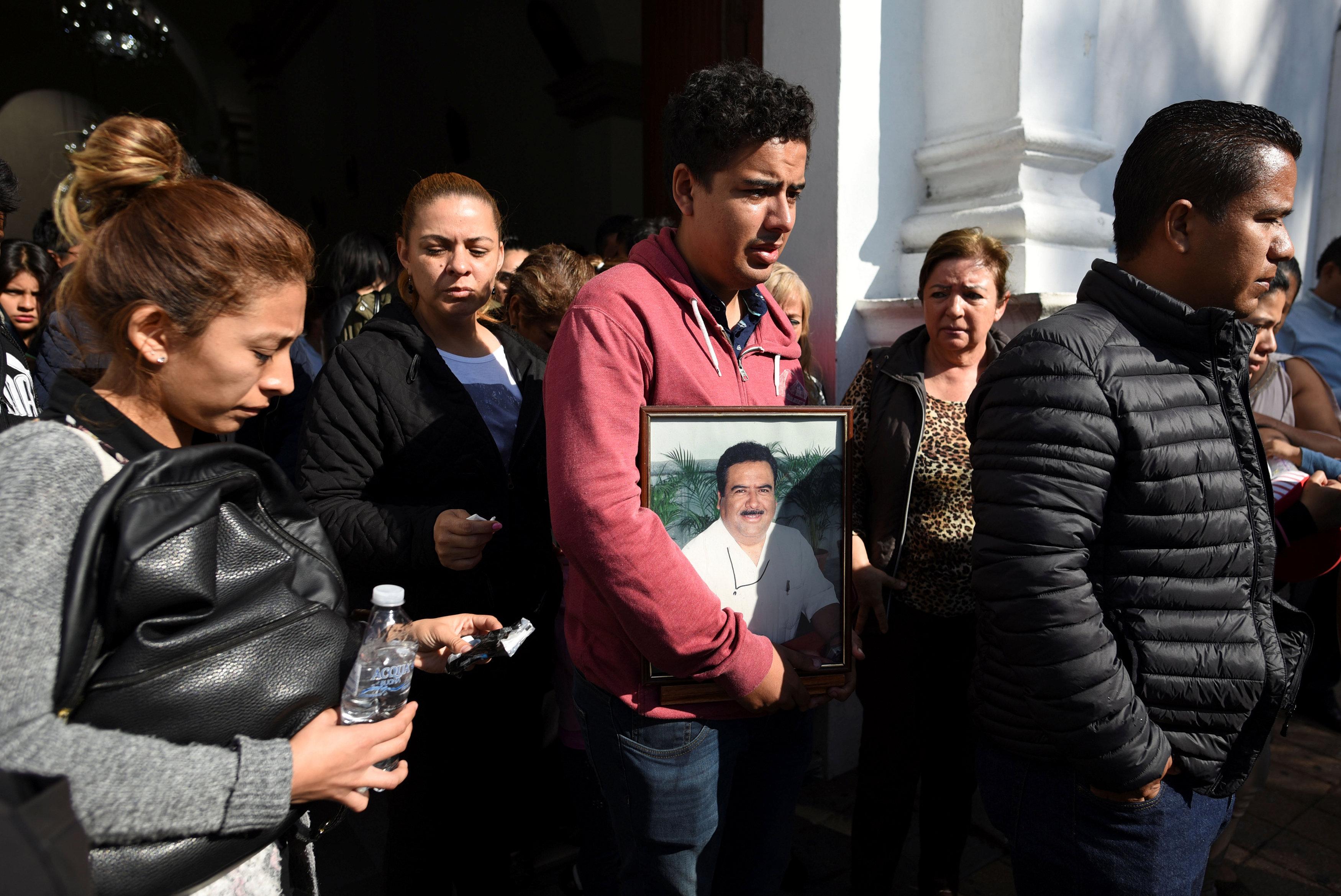 أقارب وأصدقاء ريكاردو أثناء تشييع جنازته