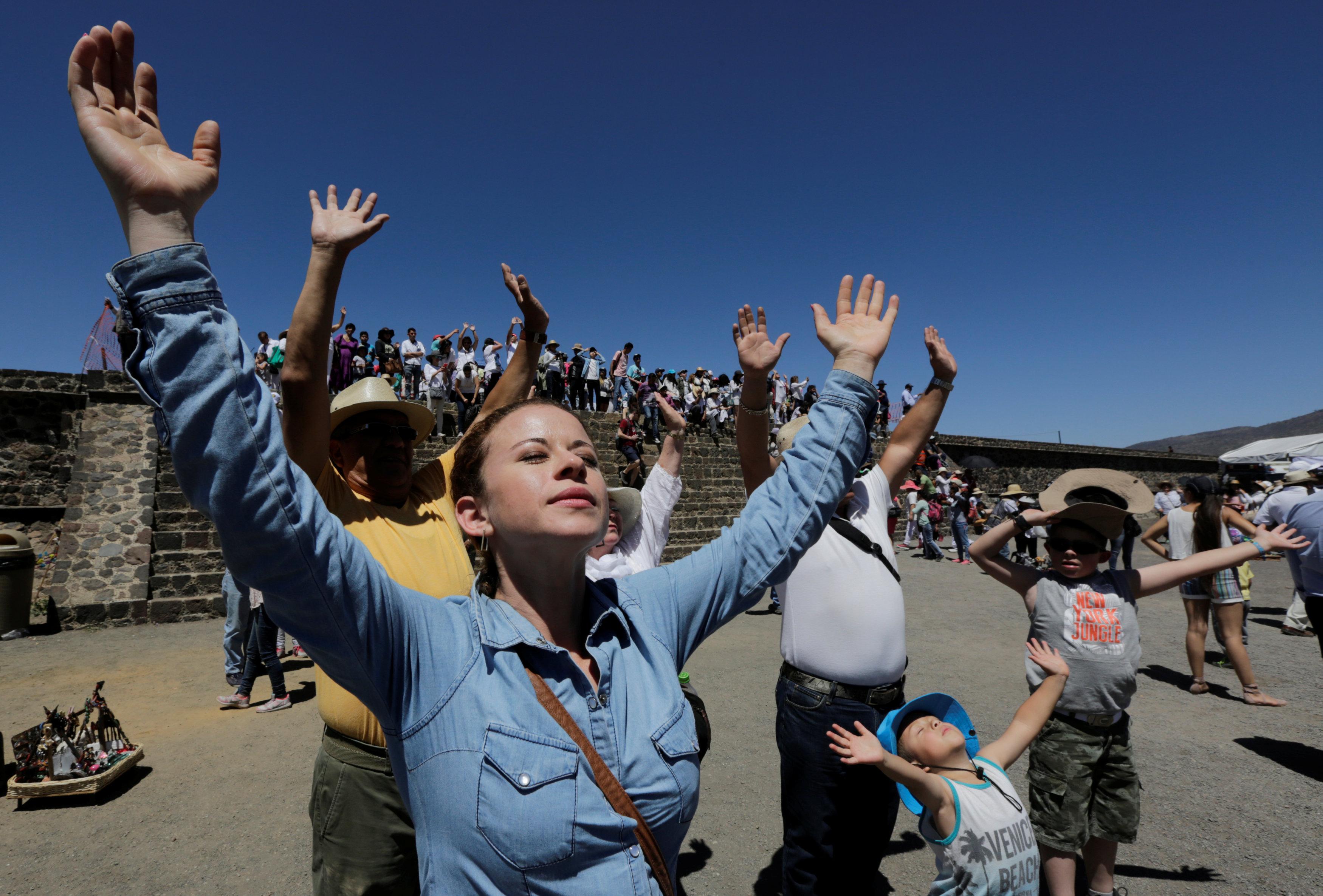 مواطنون يستقبلون فصل الربيع بالمكسيك