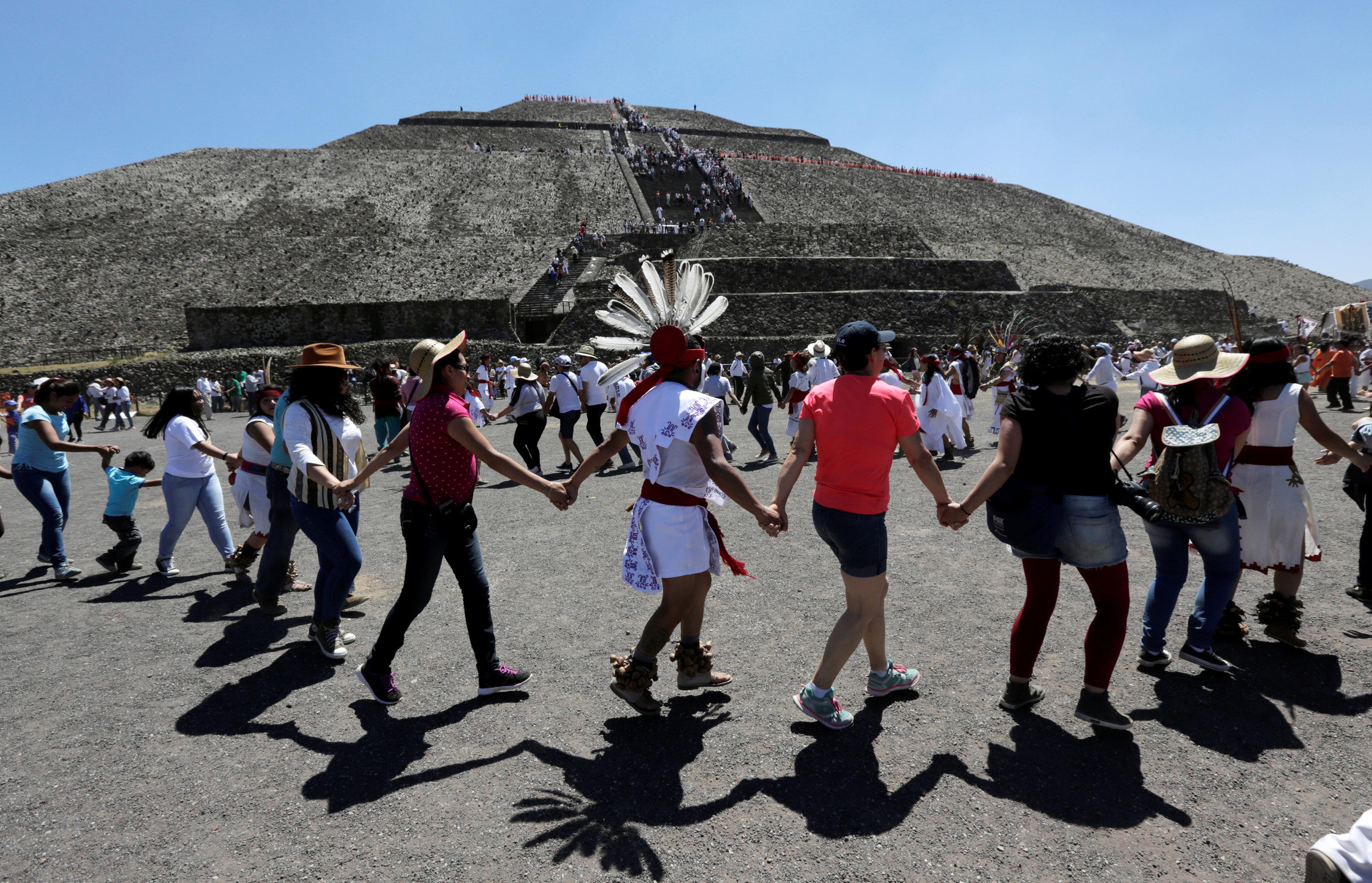 مواطنون يستقبلون الربيع  فى المكسيك