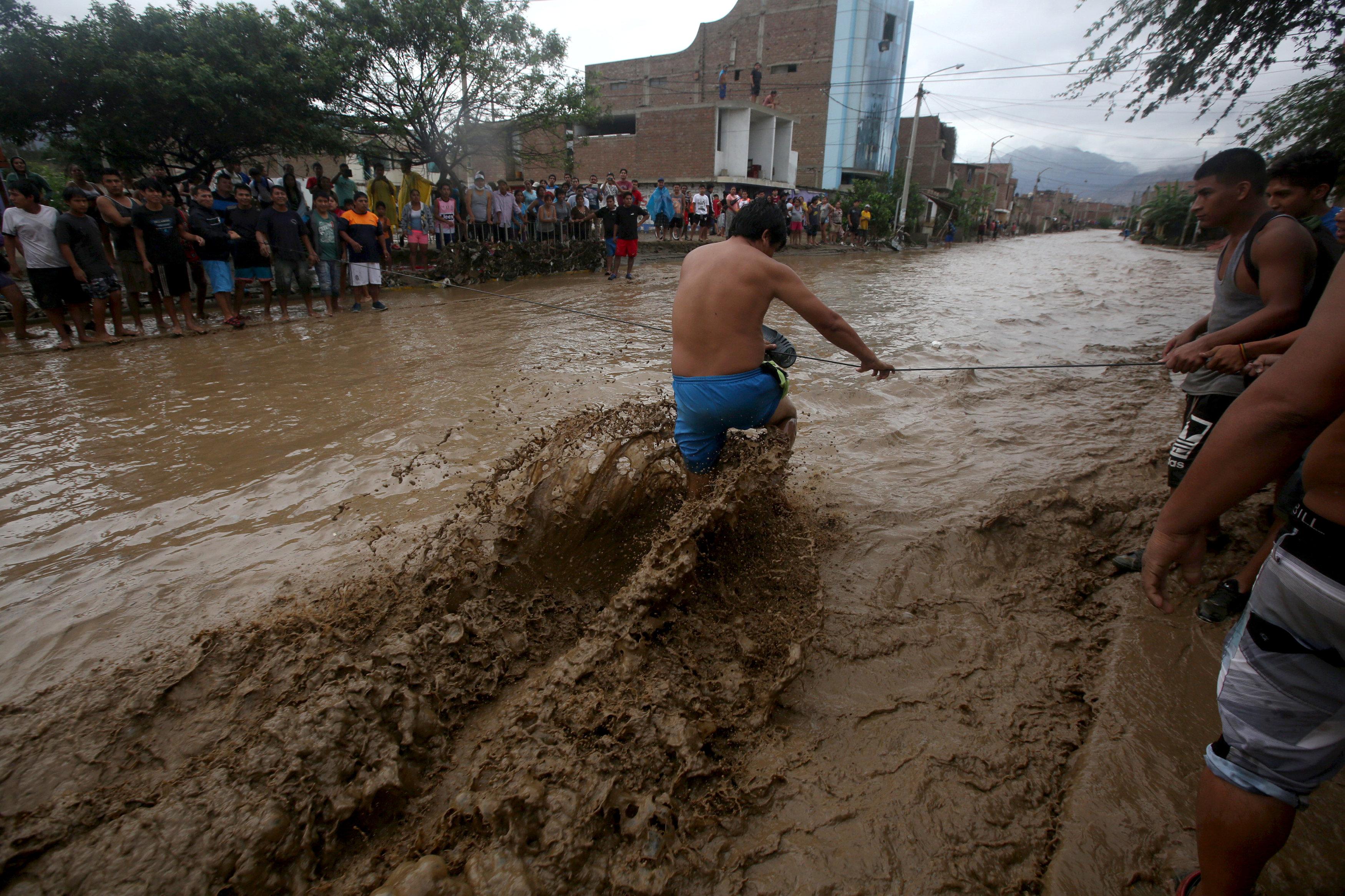 فيضانات هوايكو تدمر 134 ألف منزل وتشرد الآلاف فى بيرو
