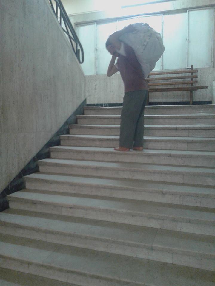 عم عنتر يصعد على السلالم