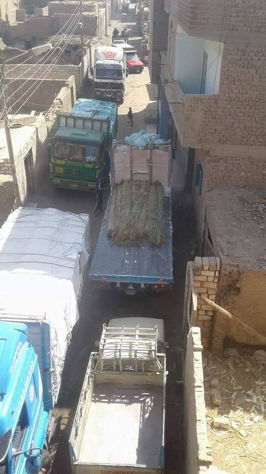 السيارات الثقيلة تمر بالشارع