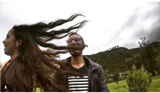 عندما تأخذين صورة برفقة أحدهم ربما شعرك الطويل قد يغطى عليه بسبب الهواء