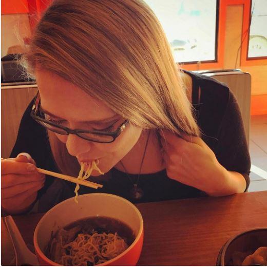 صاحبات الشعر الطويل يعنون خلال الأكل و ذلك لأن شعرهم يسقط داخل الأكل