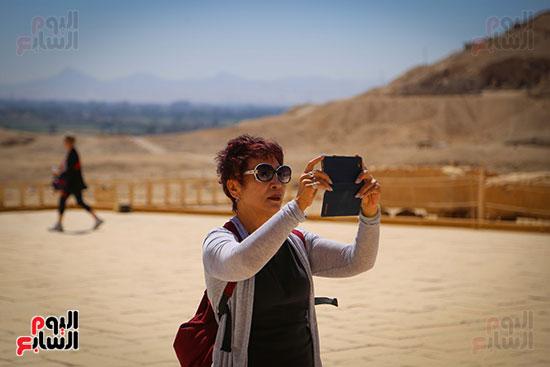 إحدى السياح تصور معالم معبد حتسبشوت
