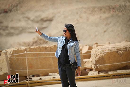 سائحة تلتقط صورة سيلفى أمام معبد  حتسبشوت