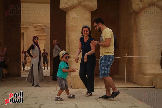 أسرة أجنبية تزور معبد  حتسبشوت