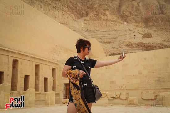 سائح يلتقط صورة سيلفى أمام معبد  حتسبشوت