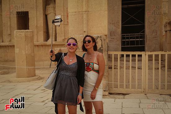 سائحتين يلتقطن صورة سيلفى أمام معبد حتسبشوت