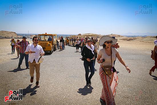 السائحون من جنسيات مختلفة يزورون معبد حتسبشوت