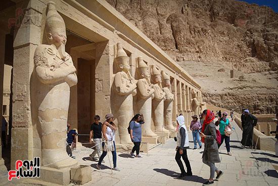 توافد السياح من جنسيات مختلفة على معبد  حتسبشوت