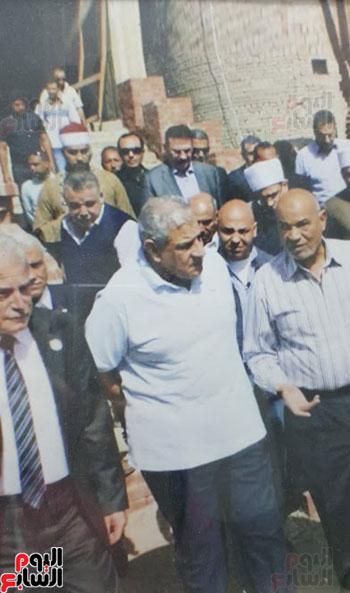 أثناء تفقد المهندس محلب واللواء كامل الوزير المسجد عقب تكليف الرئيس السيسى