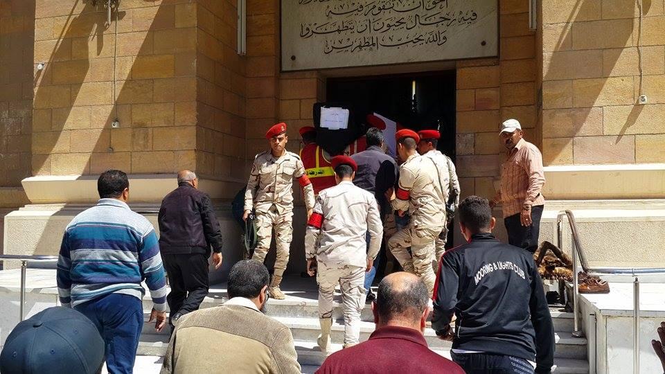 وصول جثمان الشهيد الي المسجد3