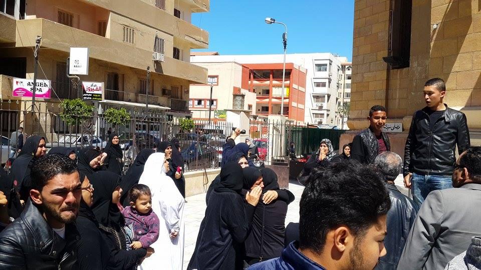 ام الشهيد حافظ في المسجد بالملابس البيضاء