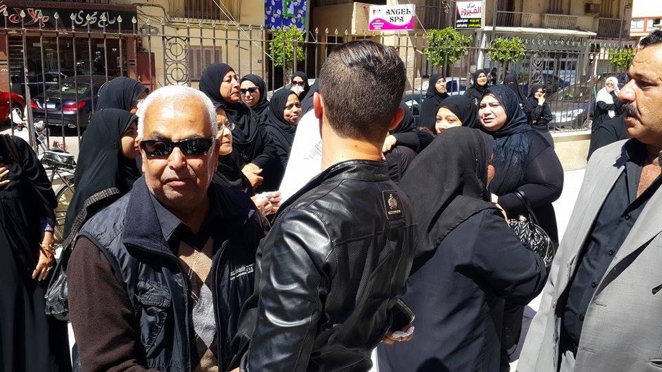 ام الشهيد حسين حافظ بالملابس البيضاء