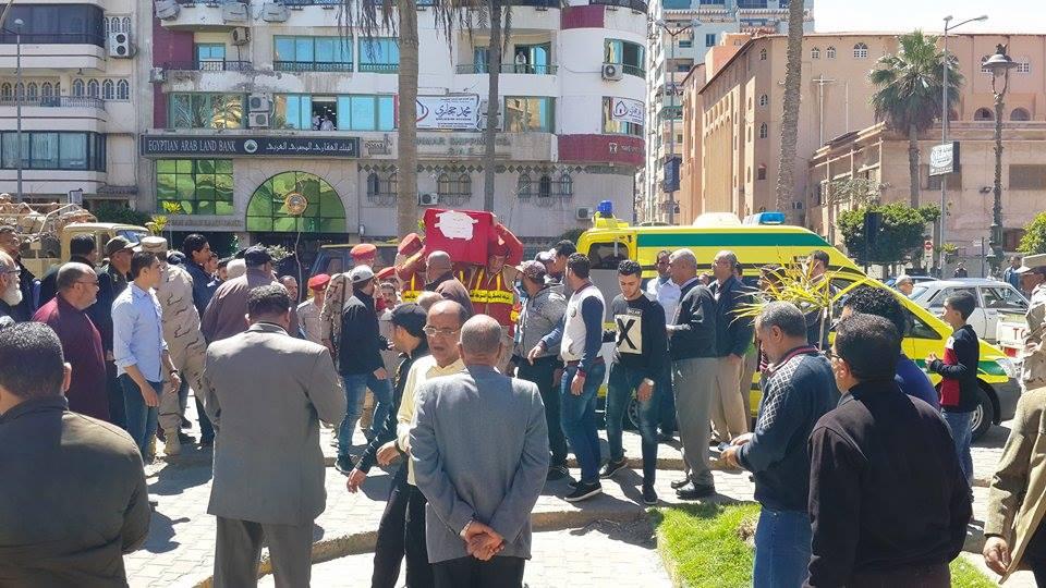 وصول جثمان الشهيد الي المسجد