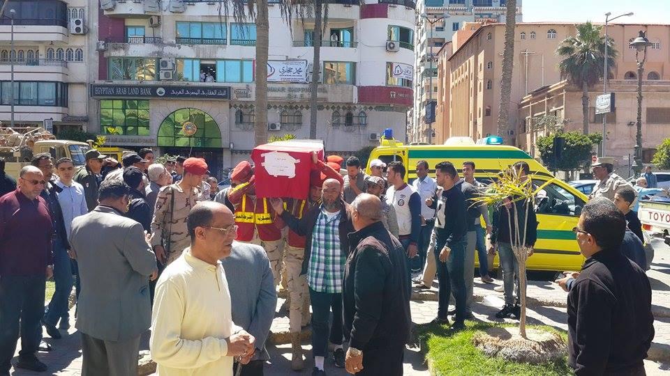وصول جثمان الشهيد الي المسجد4