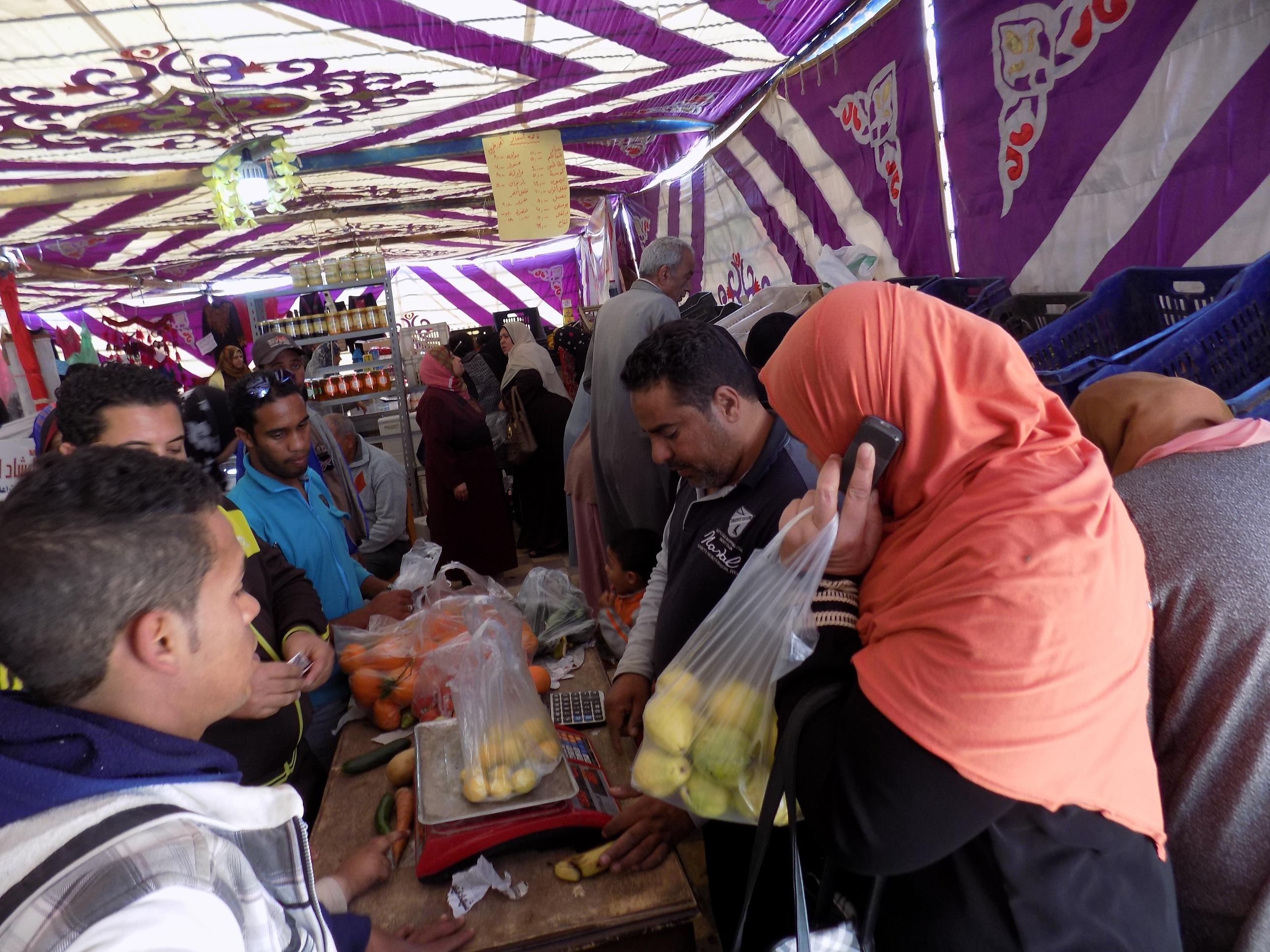 اقبال  المواطنين على شراء الحضار والفاكهة بالمعرض