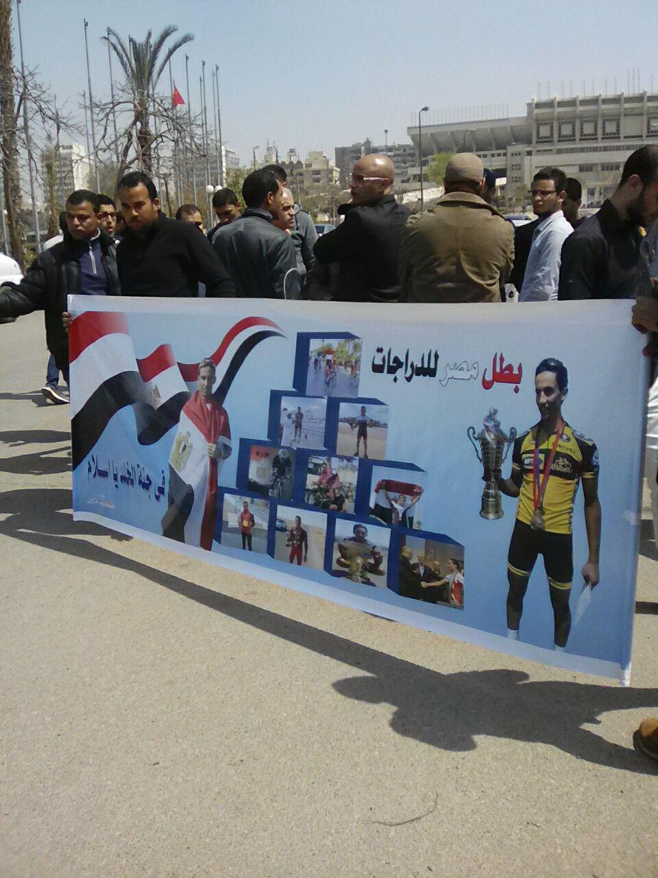 اهل أسلام يرفعون لافتة امام الاوليمبية