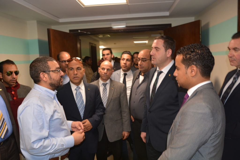 2- جولة وفد رجال الأعمال داخل مستشفي اورام الاقصر