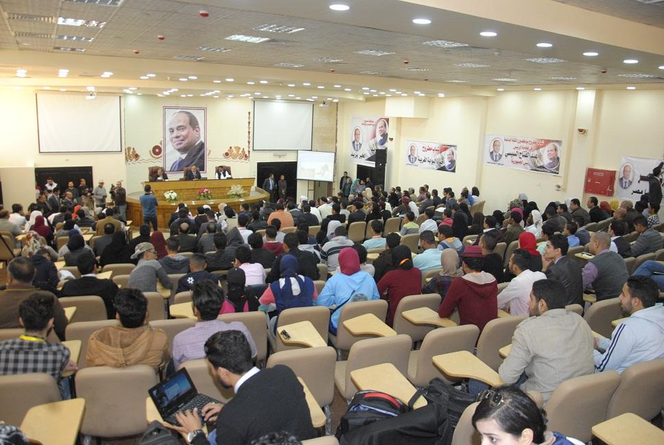 محافظ مطروح يدعم الأفكار التنموية خلال لقائه بالشباب  (4)